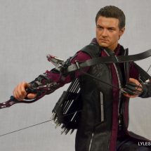Hawkeye Hot Toys Avengers Age of Ultron - aiming crouching