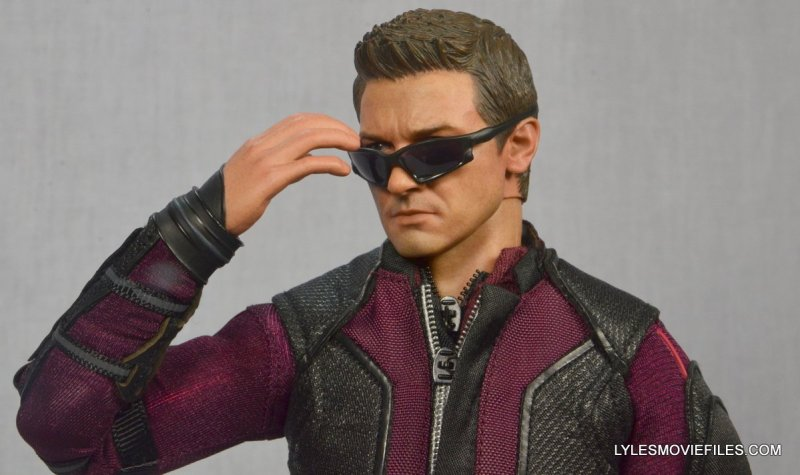 Hawkeye Hot Toys Avengers Age of Ultron - putting on sunglasses