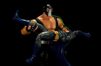 batman-icons-action-figure-last-rites-dcc-Bane breaking the bat