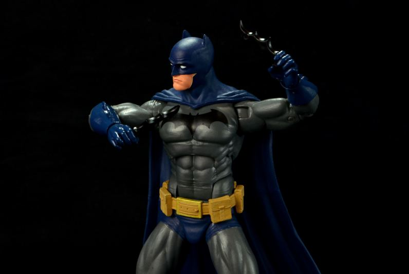 batman-icons-action-figure-last-rites-dcc-holding batarangs