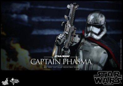 Hot Toys Force Awakens Capt Phasma - rifle up close up
