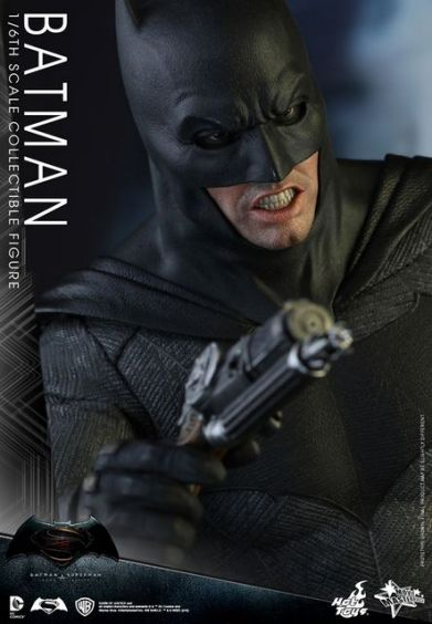 hot-toys-batman-v-superman-batman-side
