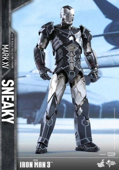Hot Toys Iron Man Sneaky armor -standing