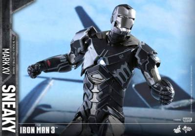 Hot Toys Iron Man Sneaky armor -wide shot