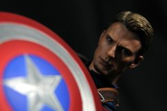 hot-toys-captain-america-age-of-ultron-figure-holding-shield-dark-close-up