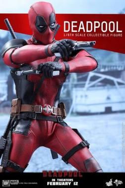 Hot Toys Deadpool figure - aiming guns