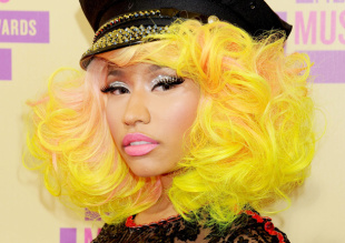 nicki-minaj-in-garish-makeup