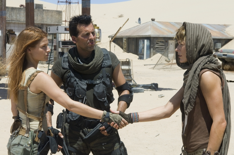 resident-evil-extinction review -claire-carlos-and-alice-in-resident-evil-extinction