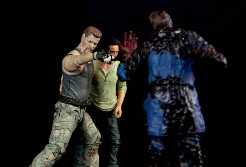 the-walking-dead-abraham-ford-mcfarlane-toys-figure-review-helping-glen