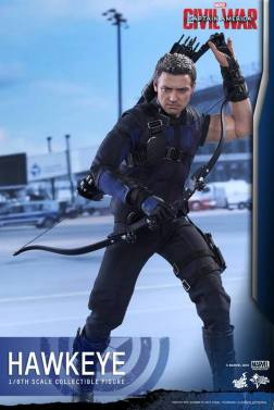 Hot Toys Captain America Civil War Hawkeye figure -reaching in quiver