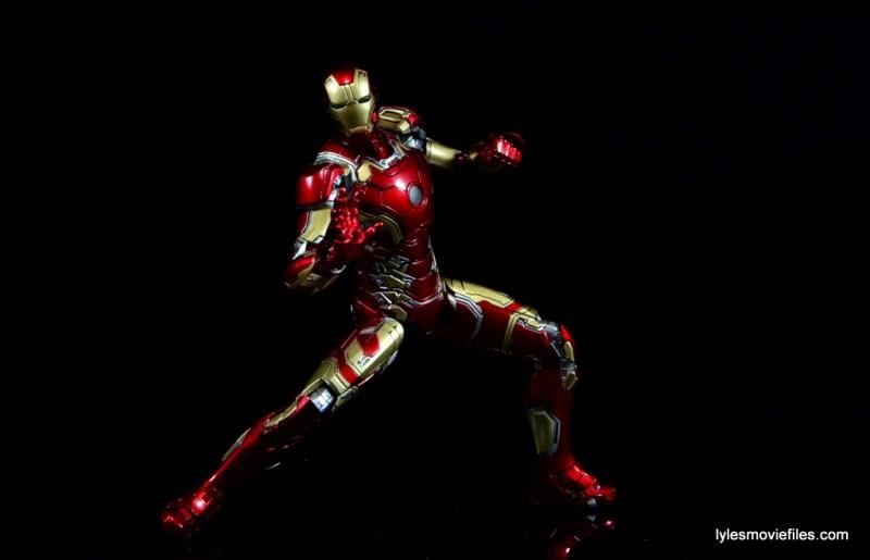 Iron Man Mark 43 Comicave Studios Omni Class Scale figure - leaning