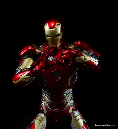 Iron Man Mark 43 Comicave Studios Omni Class Scale figure - set for a fight