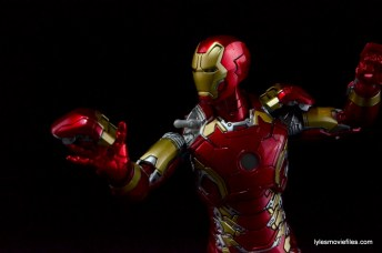 Iron Man Mark 43 Comicave Studios Omni Class Scale figure - shoulder pad off