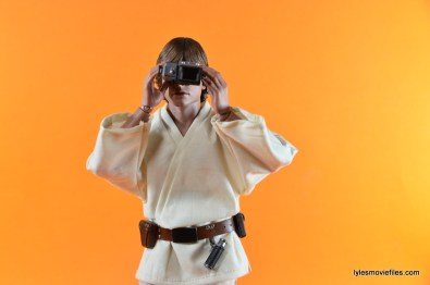 Hot Toys Luke Skywalker figure review - holding binoculars straight