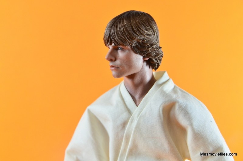 Hot Toys Luke Skywalker figure review -looking to the side
