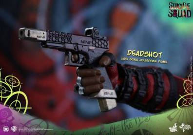 Hot Toys Suicide Squad Deadshot figure -gun closeup