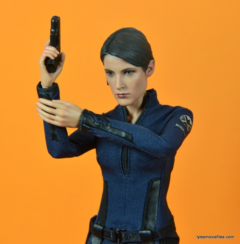 Hot Toys Maria Hill figure -raising pistol