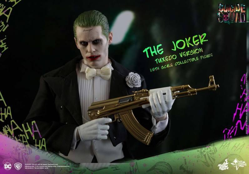 hot-toys-the-joker-tuxedo-version-cradling-gold-gun