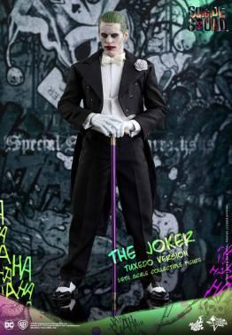 hot-toys-the-joker-tuxedo-version-showing-off-cane