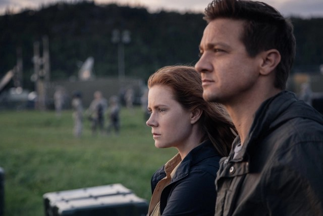 Arrival-review-Amy-Adams-and-Jeremy-Renner