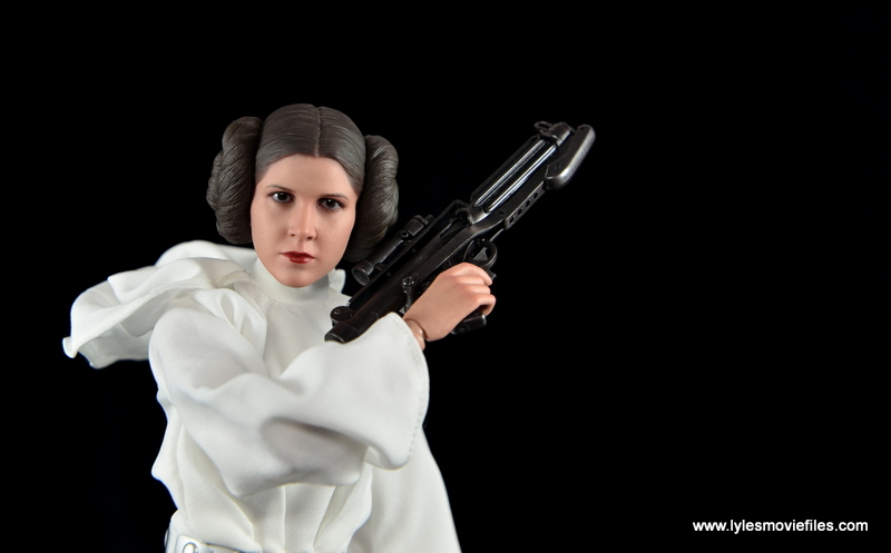 Hot Toys Princess Leia figure review - holding Stormtrooper blaster