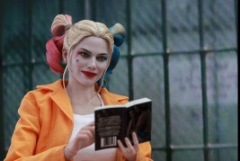 Hot Toys Prisoner Harley Quinn figure -reading