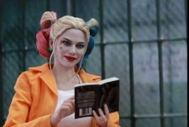 Hot Toys Prisoner Harley Quinn figure -reading