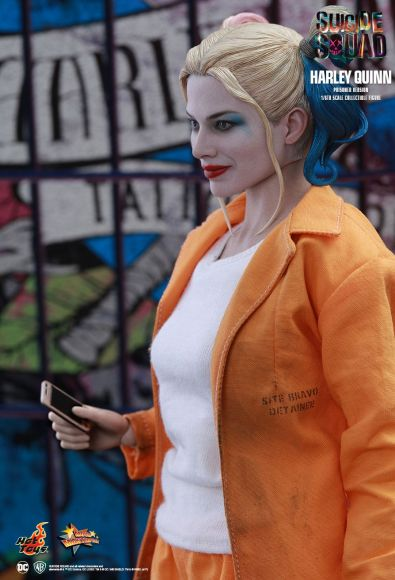 Hot Toys Prisoner Harley Quinn figure - with phone