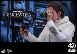 Hot Toys Princess Leia Hoth figure -fixing the Falcon