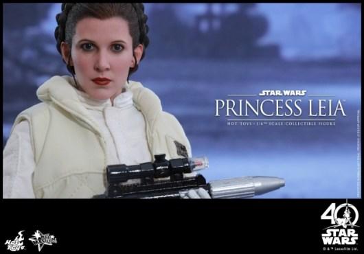 Hot Toys Princess Leia Hoth figure -holding blaster