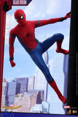 Hot Toys Spider-Man Homecoming figure - stuck on wall