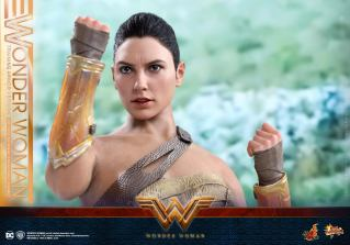 Hot Toys Wonder Woman Training Armor Version -close up on bracelets