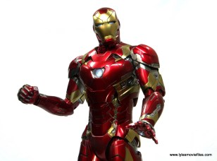 Hot Toys Captain America Civil War Iron Man Mark 46 figure review - looking up