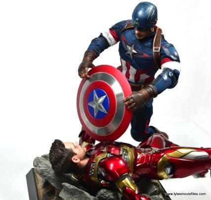 Hot Toys Captain America Civil War Iron Man figure review - Cap battle damages Stark