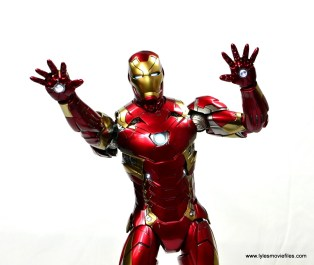 Hot Toys Captain America Civil War Iron Man figure review - aiming