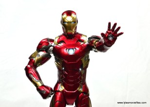 Hot Toys Captain America Civil War Iron Man figure review - arm out