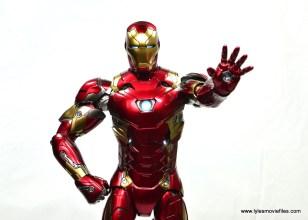Hot Toys Captain America Civil War Iron Man figure review - arm out