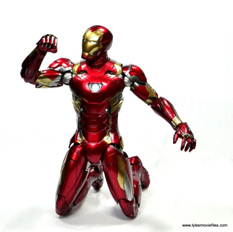 Hot Toys Captain America Civil War Iron Man figure review - on knees