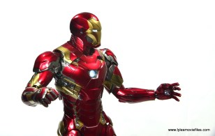 Hot Toys Captain America Civil War Iron Man figure review - side wide shot