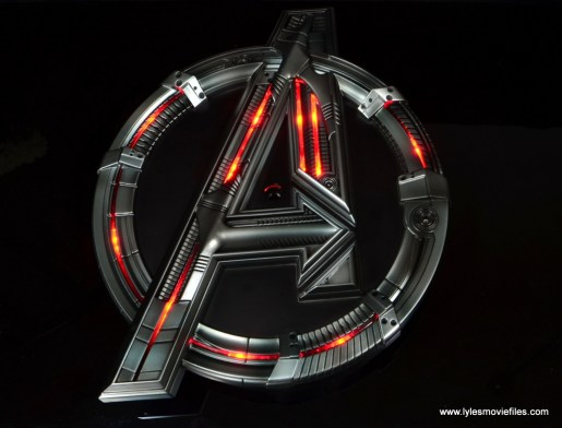 Hot Toys Avengers Ultron Prime figure review - lit up base