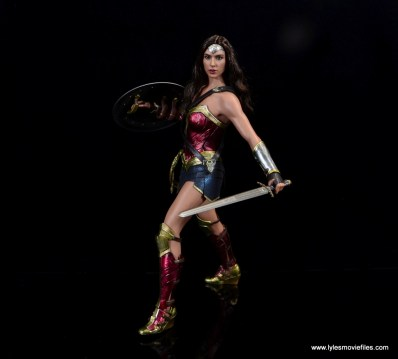 Hot Toys Wonder Woman figure review -battle stance side