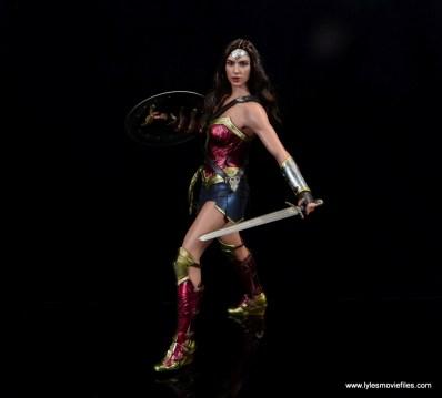 Hot Toys Wonder Woman figure review -battle stance side
