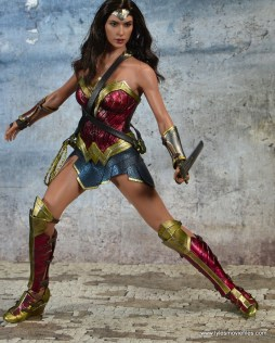 Hot Toys Wonder Woman figure review -battle stance