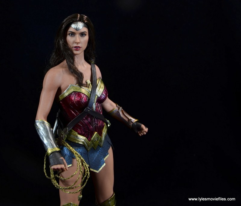 Hot Toys Wonder Woman figure review -reaching for golden lasso