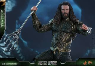 Hot Toys Aquaman figure - aiming trident