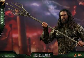 Hot Toys Aquaman figure -holding trident