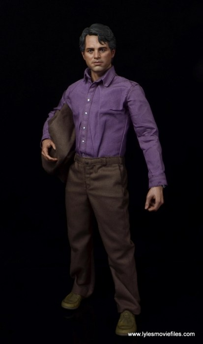 Hot Toys Bruce Banner figure review -holding jacket