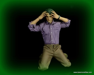 Hot Toys Bruce Banner figure review -on knees