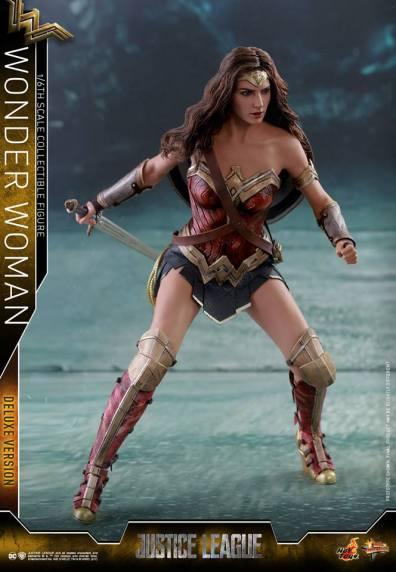 Hot Toys Justice League Wonder Woman figure -battle stance