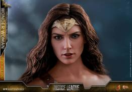 Hot Toys Justice League Wonder Woman figure -head straight on
